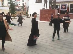 Kamilla tanzt mit den Dorfbewohnern mit.