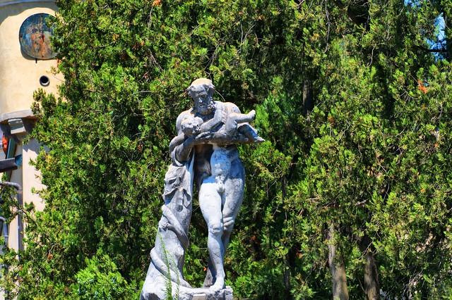 Statua all'antico Castello del Cataio