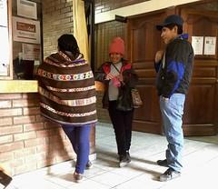 Im Gemeindehaus in Laraos: Warten und stricken👍