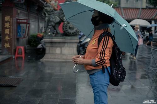 雨中,虔誠的人依舊虔誠