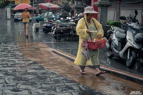 雨中,討生活的人也依舊在討生活。