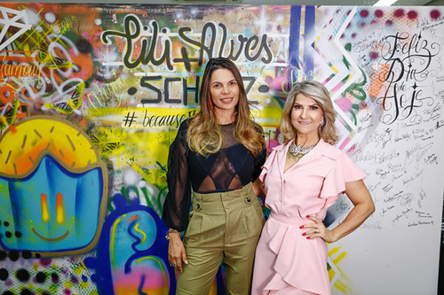 Camila Almeida, da Schutz, com Soely
