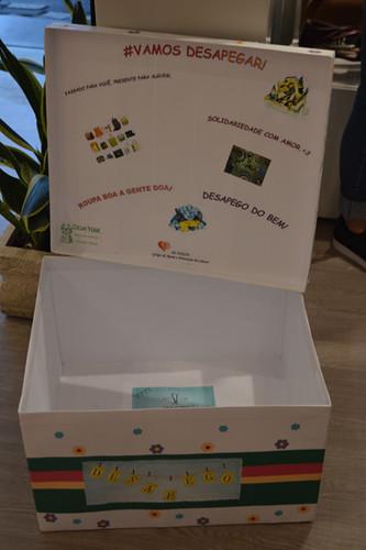 Esta caixa estará na Cash para doações de lenços para cabeça
