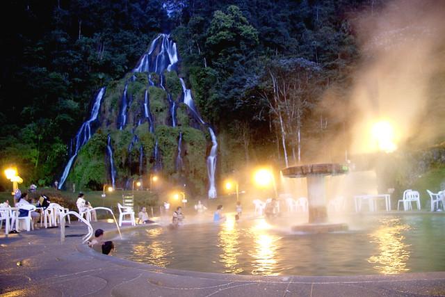 Imagen de la piscina durante la noche en los Termales de Santa Rosa de Cabal.