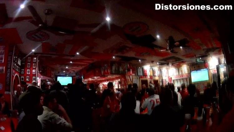 Viendo un partido del FC Bayern Mu?nchen en un bar de fans en Munich