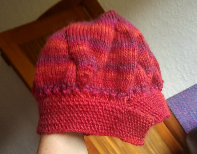Terribly photographed, but proof the because of a summer cold I've finally done the band of this beret.