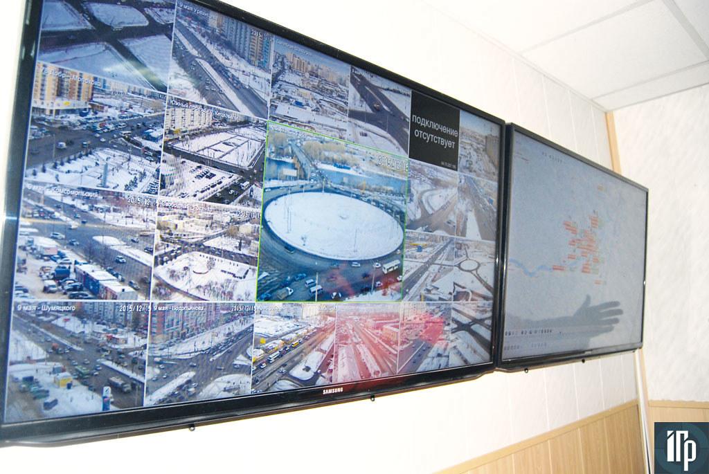 На экране изображения web-камер с улиц Красноярска