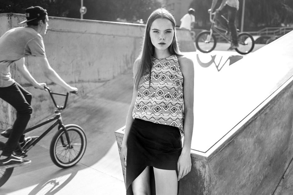 Mondrianista_MALGRAU_sesja_kreacyjna_wiosna_lato_2016_6_asymetryczna_spodnica_bluzka_z_wzorem_LR