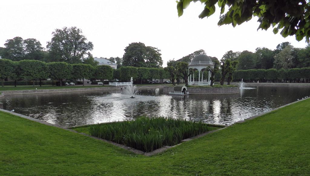 Tallin estanque con templete Parque jardin del Palacio Kadriorg Estonia 03