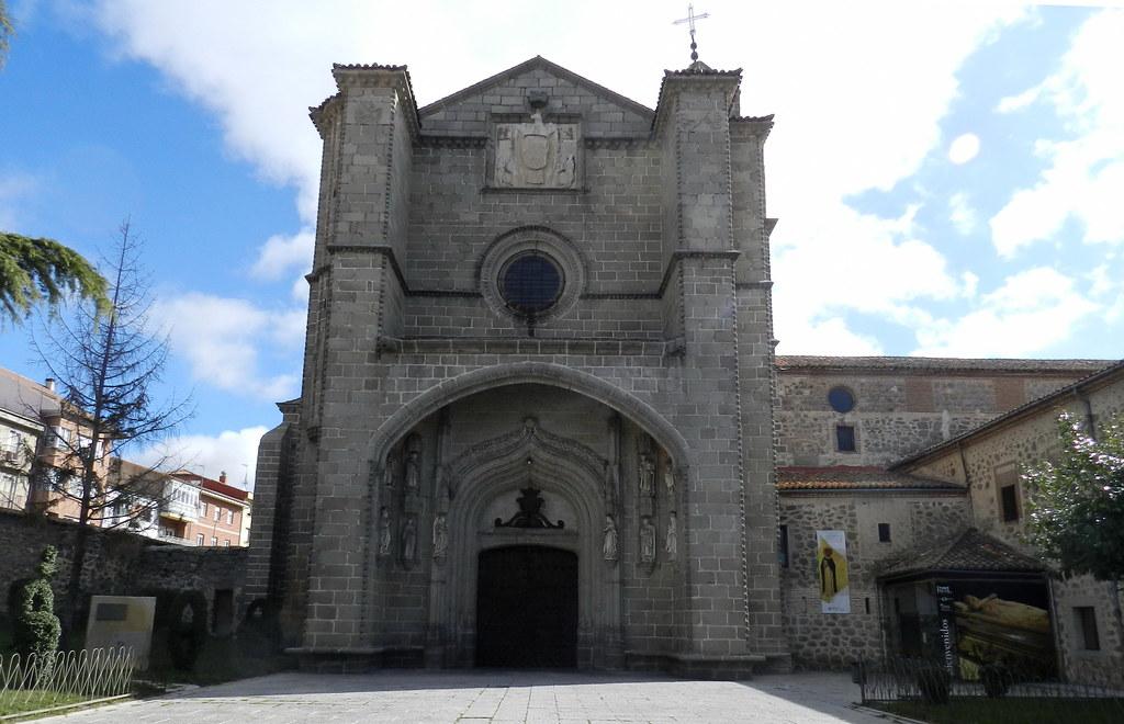 Fachada principal Iglesia Real Monasterio de Santo Tomás Avila 02