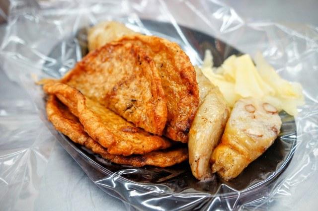 烤黑輪+烤大腸!! 附上嫩薑,桌上還有醬油/辣醬/番茄醬與蒜頭!