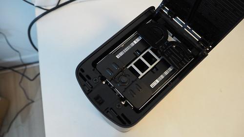 เปิดฝาออกมาง่ายๆ แล้วจะเห็น HDD อยู่