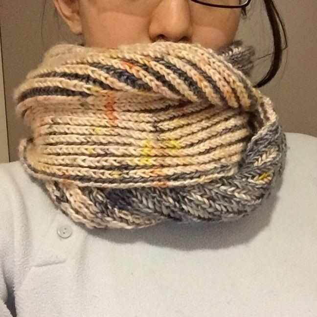 出来たよ!出来た!!編み始めたの夏だぜ! 実は #hedgehogfibres の糸を形にしたのはこれが多分初めて。(いの一番に騒いでたのに) ガンガン使うぞー寒くなってね冬。 #年越しkal2015 #編みかけ大掃除組 #briocheknitting #cowl