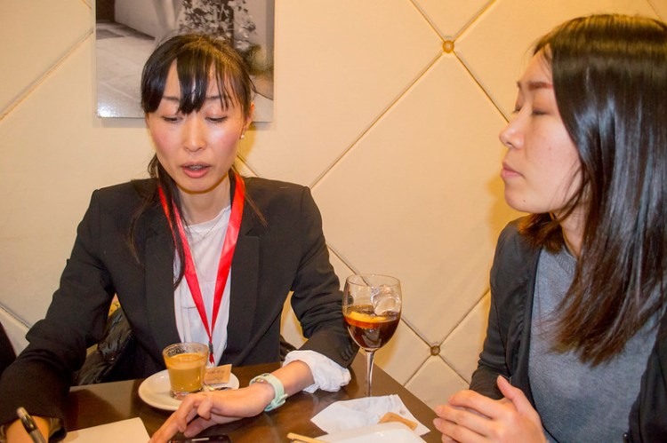 Miho Kazama siendo entrevistada por Lisa Kobayashi y Juan Carlos pérez