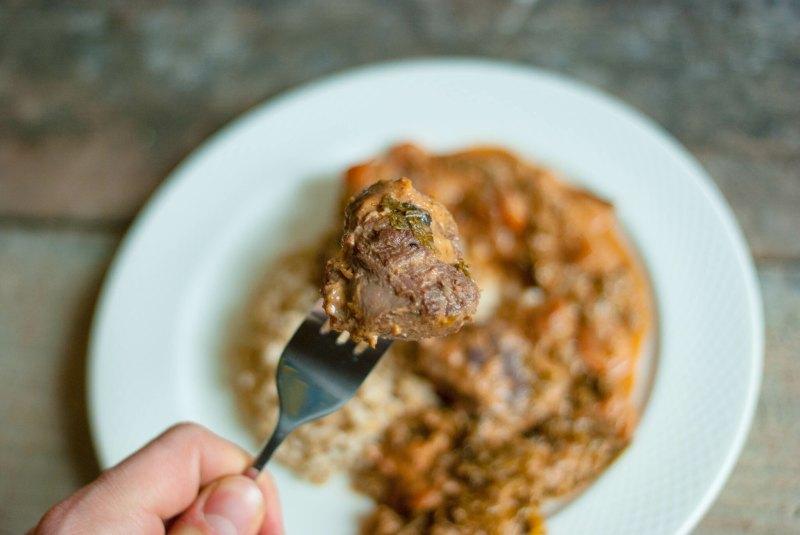 Policzki wieprzowe z jarmużem w sosie chrzanowym