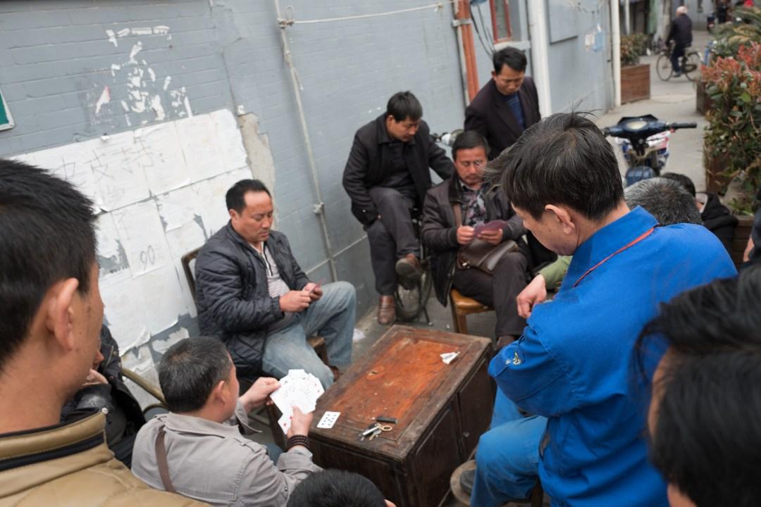 一群上海小弄堂裡的居民在打牌