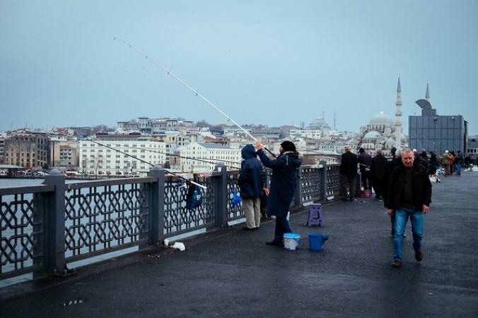 Istanbul: vissers op de Galatabrug naar Eminönü