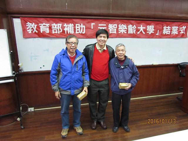 終身教育部主任馮明德頒發小禮品給兩位樂齡班長
