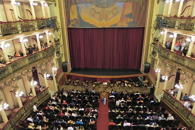 crowd amazonas theater manaus