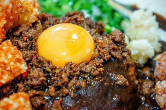 這蛋,生的,可以攪拌下去咖哩飯內一起吃...