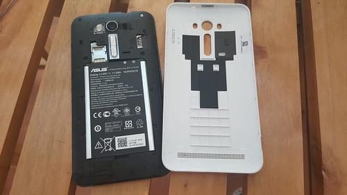แกะฝาหลังของ ASUS ZenFone 2 Laser ออกมาเพื่อใส่พวกซิมและ MicroSD card