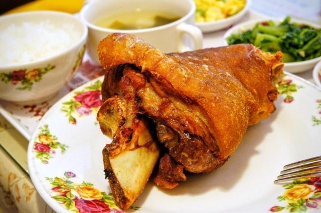 很肥厚的豬腳,肉也很多喔! 左切又切都是大塊的肉.....外皮很酥脆,底下還有很多膠質..