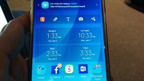 เพื่อไม่ให้งง ต้องเอา Widget Dual Clock ของ Samsung มาแปะ จะได้รู้เวลา