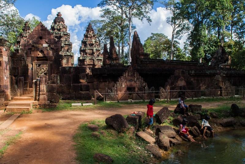 Spielende Kinder in Angkor