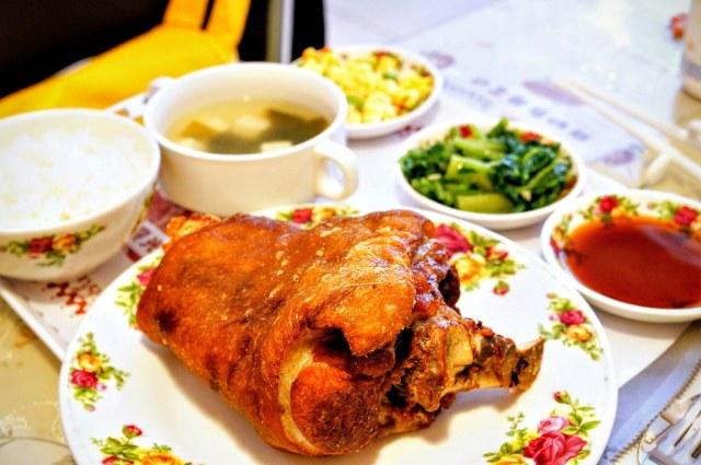 豬腳啊! 很大一隻,旁邊附上二盤小菜,湯,白飯,梅子醬,酸菜...