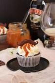 Cupcakes de chocolate con salsa de caramelo al Baileys
