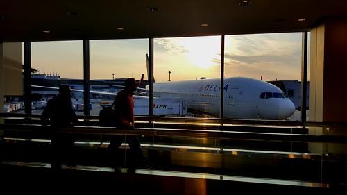 ดูพระอาทิตย์ตกดินที่สนามบินซะเลย