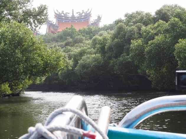 四草緑色隧道を船はゆっくり進む