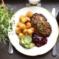 Svamp- och nötbiffar med pepparsås, kroketter, pressgurka och lingon