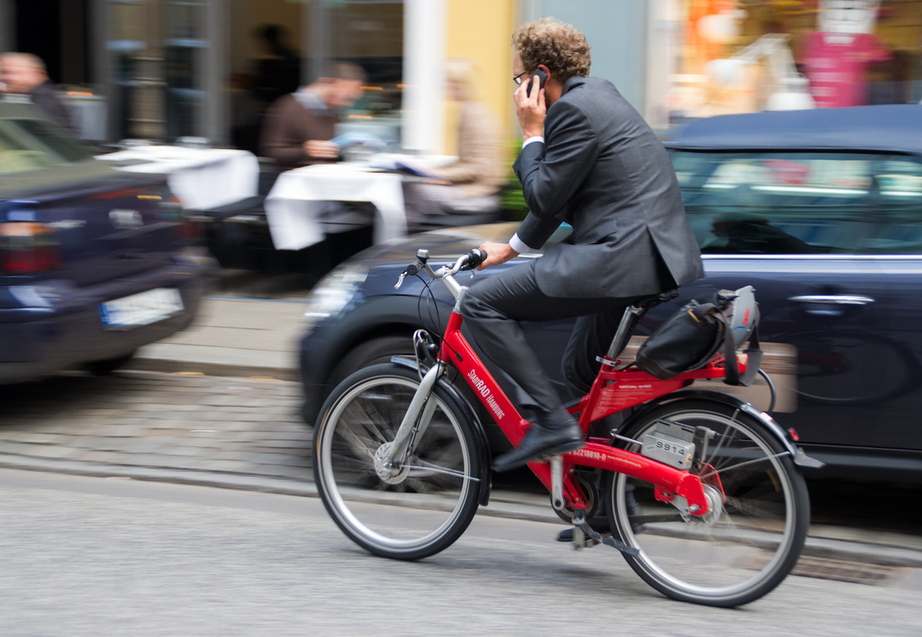 Imagen gratis de un hombre hablando por móvil