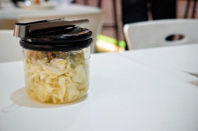 旁邊有一罐不辣的泡菜,變成壓辣味的好物XD