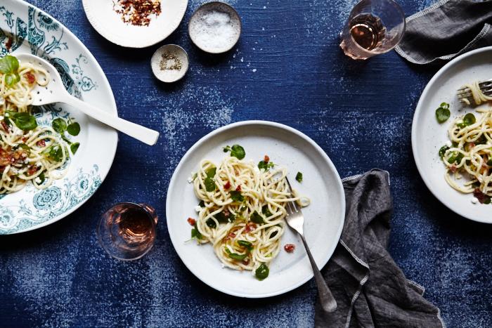 Espaguetis con berros y jamón