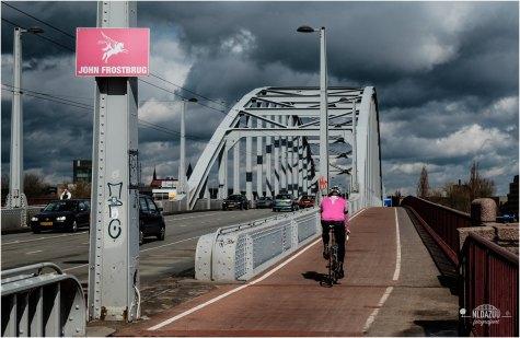 Arnhem kleurt roze! Fietser op de John Frostbrug in roze trui