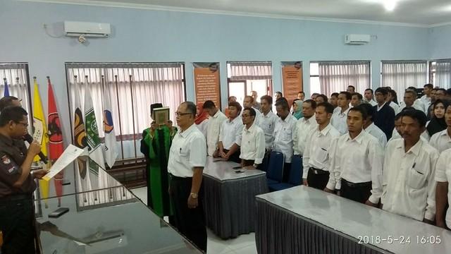 Suprihno saat melantik 82 anggota PPS di Gedung Media Center Kantor KPU Tulungagung, Kamis (24/5)
