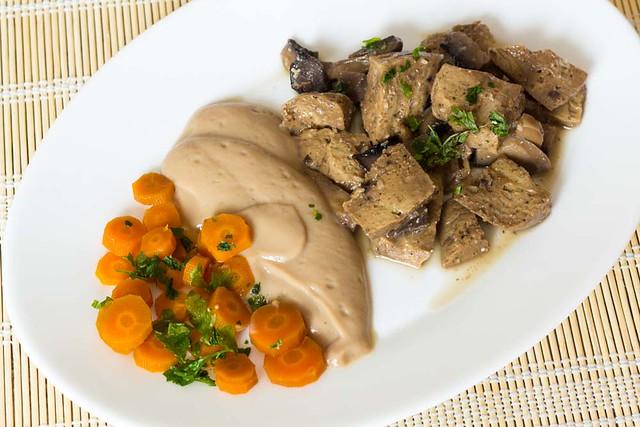 Seitán, zanahorias y salsa de coliflor