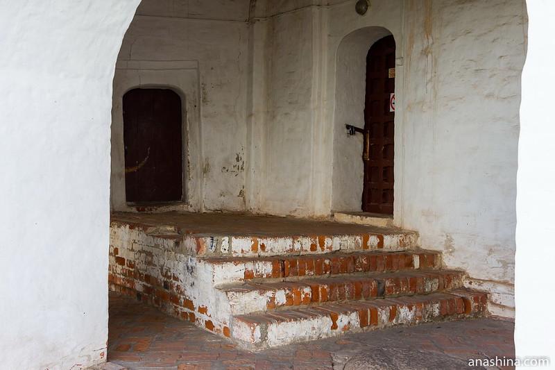 Ступени и двери в нижнем ярусе колокольни, Суздаль