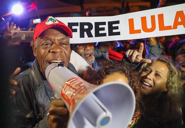 Após a visita, Glover falou aos aos manifestantes que ocupavam a praça Olga Benário, centro da Vigília Lula Livre - Créditos: Ricardo Stuckert