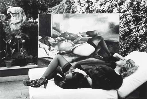 Countess Marta Marzotto in her garden with her Portrait by Renato Guttuso, foto Helmut Newton
