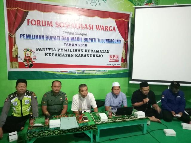 Ketua KPU Tulungagung, Suprihno, M.Pd., bersama Muspika Kecamatan Karangrejo saat memberikan sosialisasi di Gedung MWC NU Karangrejo (12/6)