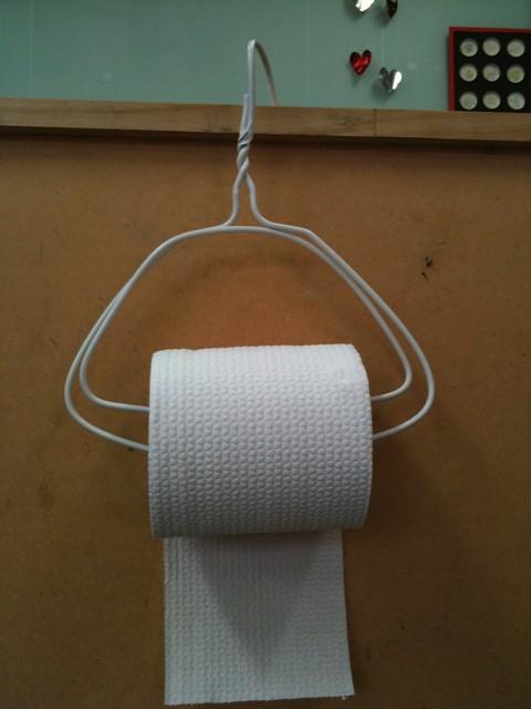 세탁소 옷걸이로 만든 휴지걸이