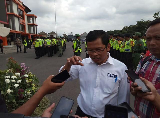 Ketua KPU Suprihno, M.Pd., seusai mengikuti apel pengamanan pemungutan suara di GOR Lembupeteng (26/6)