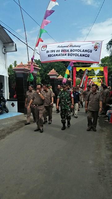 Ketua KPU Tulungagung bersama Forpimda saat memantau pelaksanaan pemungutan suara di TPS 02 Desa/Kecamatan Boyolangu (27/6)
