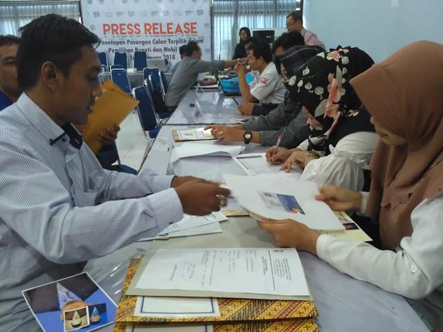 Sejumlah bacaleg saat mengembalikan berkas perbaikan di Gedung Media Center Kantor KPU Tulungagung, Selasa (31/7)