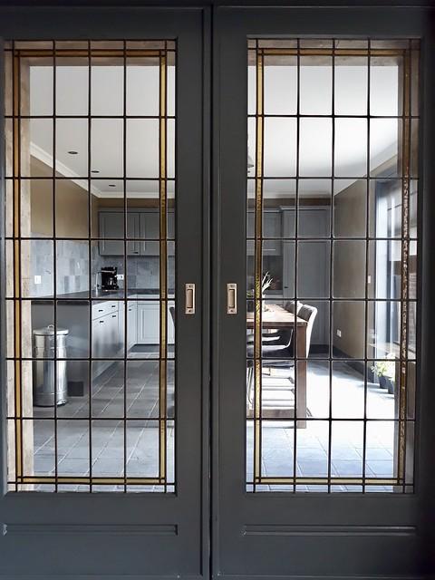 En suite deuren in een landelijk interieur