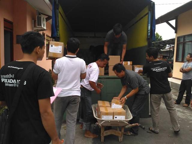 Petugas KPU Tulungagung menata logistik yang akan dikirim ke PPK menggunakan truk (21/6)