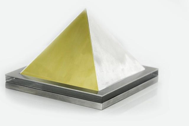 statuetka piramida, stal , mosiądz, plexi